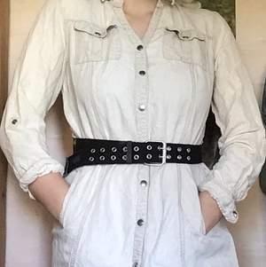 Fräsch skjortklänning. Tyvärr saknas den nedersta knappen, men detta kan lätt åtgärdas med nål och tråd.