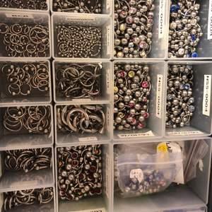 Fina piercingar från företaget Laboro. Finns i titan och i kirurgiskt stål. Silver, guld och olika färger. Hör av er vad ni söker så kan vi nog hitta nått för dig. Olika priser beroende på vara😊