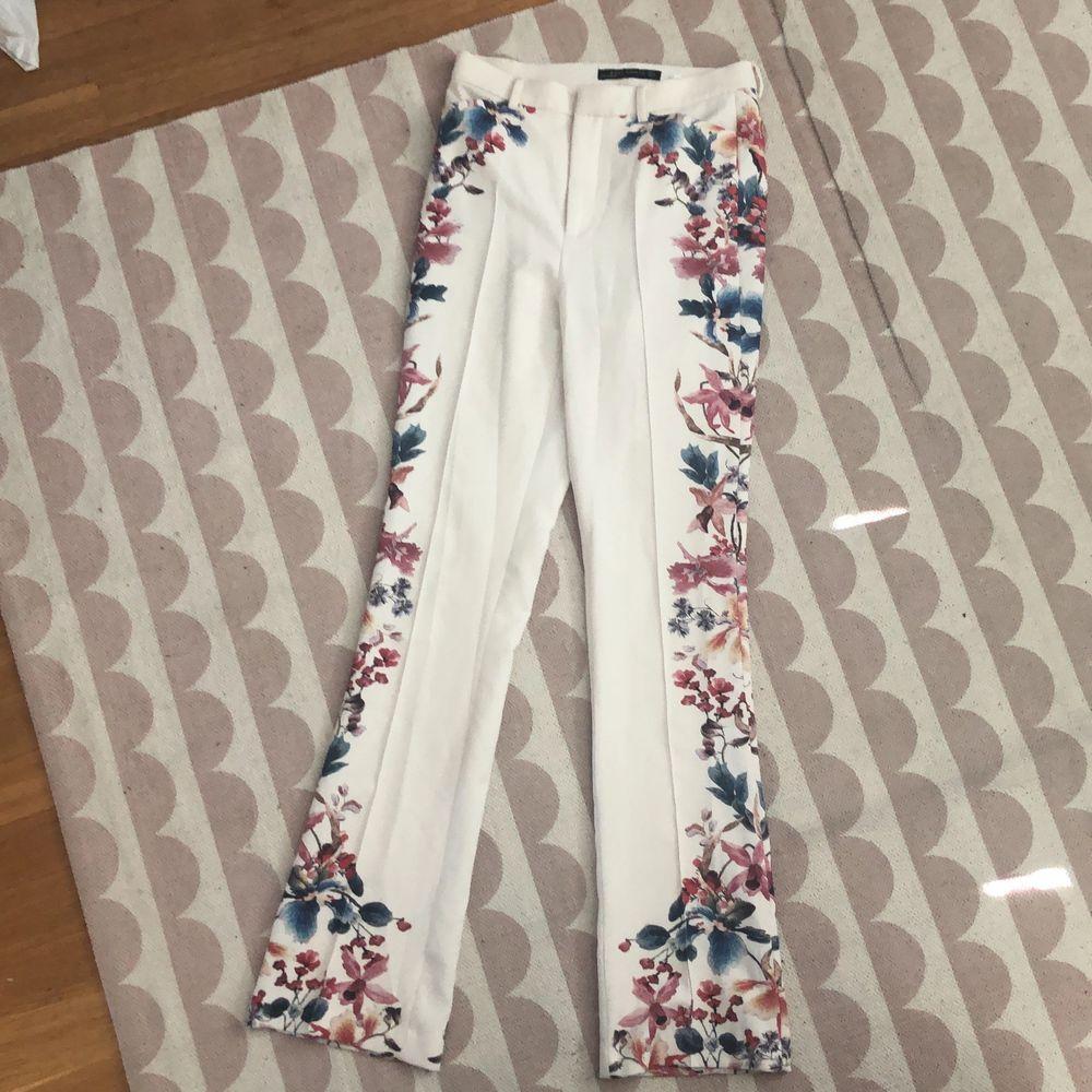 Somriga Utsvängda kostymbyxor zara. Storlek S. Jeans & Byxor.