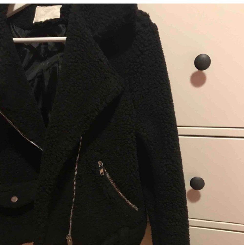 Biker jacket köpt här på plick, men var för liten. Storlek L men passar mer S,  liten i storlek. Frakt på 70 kr tillkommer. Jackor.