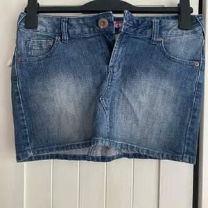 Jeans kjol i strl 164 i barn skulle säga att den passar någon med xs eller S