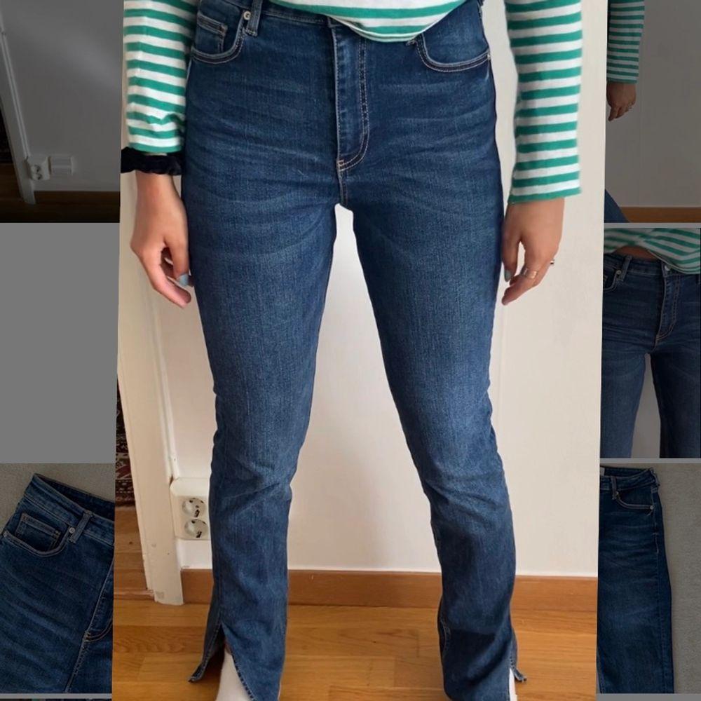 Jättepopulära slutsålda jeans med slits från Zara som ser precis ut som den gråa modellen! Säljer då dom tyvärr inte kommer till användning längre. Passar allt från 34-40 då dom är mycket stretchiga. Buda från 250kr! 💕🦋. Jeans & Byxor.