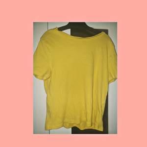 En gul t-shirt från H&M i stretch tyg. Säljer då den inte används längre. Frakt 30kr.