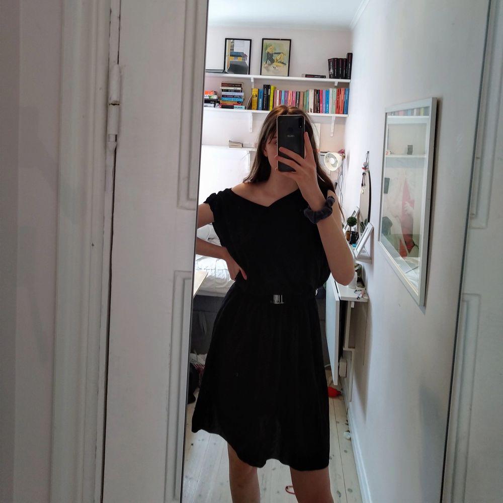 Mycket fin och skön klänning från Culture! Fick den från min mormor o tkr den är superfin men inte min stil. Tillkommer med skönt skärp som man kan ta bort! Köptes för 600. Finns också en fin liten snörning på ryggen, fråga om bild. Klänningar.