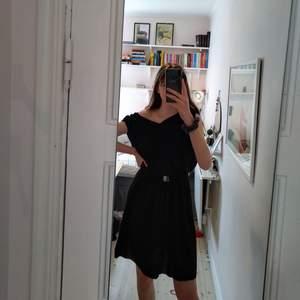 Mycket fin och skön klänning från Culture! Fick den från min mormor o tkr den är superfin men inte min stil. Tillkommer med skönt skärp som man kan ta bort! Köptes för 600. Finns också en fin liten snörning på ryggen, fråga om bild