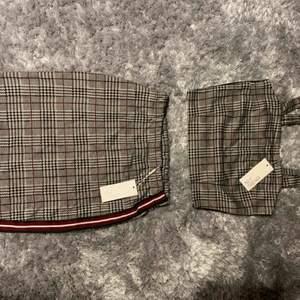 Ett randigt och rutigt set med kjol och tillhörande crop-top. Supersnyggt och aldrig använt