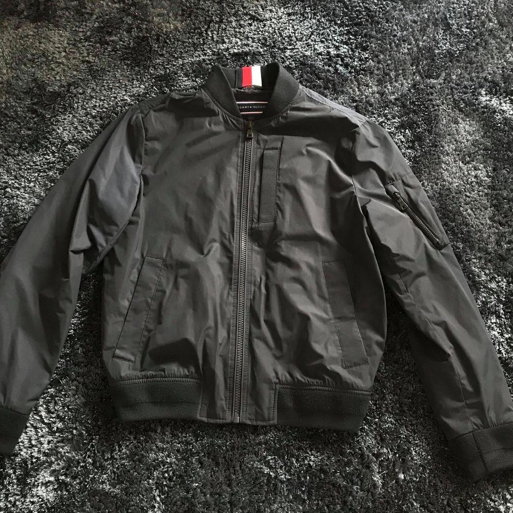 "Tommy Hilfiger ""tape bomber jacket sky captain"" Strl: S Skick: 9/10 Pris: 1300kr (Nypris: 2400kr, kvitto finns!). Jackor."