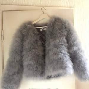 Säljer nu min vackra päls jacka. Att köpa en begagnad pälsjacka bidrar inte negativt till miljön eller djuren. Jättefint skick. NYPRIS 1200kr! Pussss😘