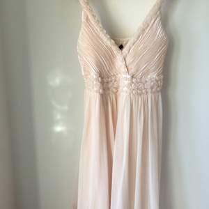 🟡 SALE: frakt inklusivt :) original pris: +600kr. en jätte söt klänning för prom eller något annat formal event ;) 💕 aldrig använt! fråga om det är något!