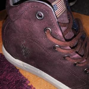 Säljer dessa jättefina polo skor eftersom de aldrig har kommit till användning. De är en jättefin mörk lila färg. Skriv för mer bilder. Kan mötas upp i Stockholm eller skickas, men då står du såklart för frakten 🥰