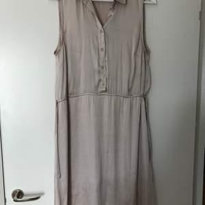 Fin glansig klänning från H&M i stlk 40. Använd ett fåtal gånger.