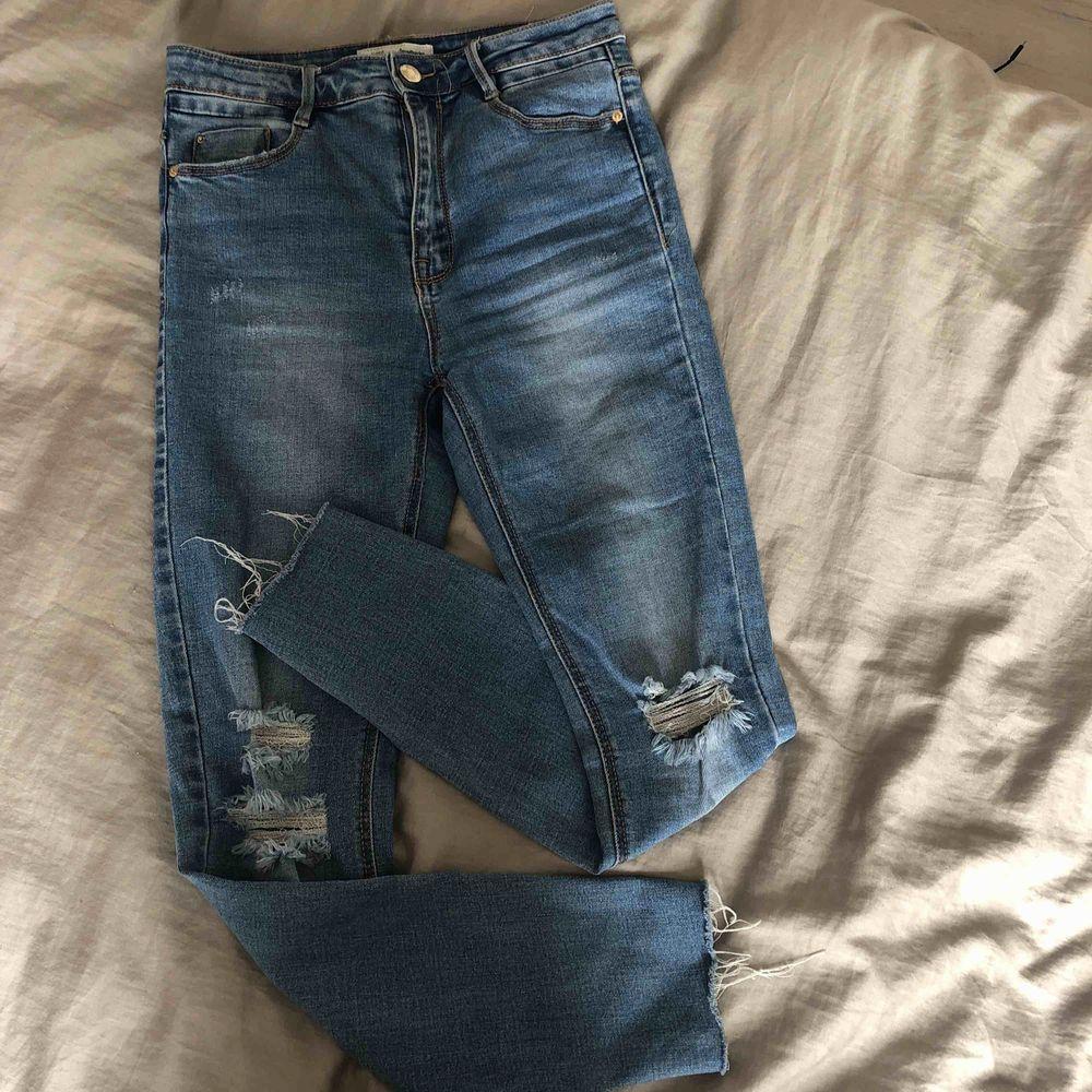 En av mina favorit  jeans som tyvärr har blivit för tajta, sitter väldigt fint på, högmidjade, fina slitningar vid lår och knät som vid hälen. Använda fåtal ggr. Köpta från Stradivarius dyrt men säljer för 100. Möts upp och fraktar!   Hör av er!🥰. Jeans & Byxor.