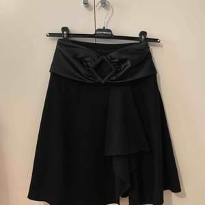 Kjol från Emporio Armani, 100% äkta, storlek IT38 = EU34/xs, fin skick, ingen fläcka. Finns i Odenplan Stockholm.