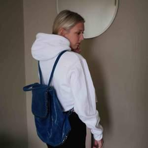 Fin Stella McCartney-inspirerad ryggsäck i äkta skinn! Köpt i Grekland. *färgen irl är som den ser ut på första bilden.