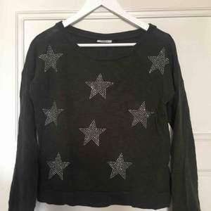 Långärmad tröja mörkgrön/grå med fina stjärnor på framsidan!!
