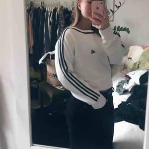 Superskön adidaströja som gett mig mycket kärlek! Ligger tyvärr bara i garderoben och den förtjänar att användas mer, snygga stripes som följer med runt halsen och över på andra sidan. Bra skick!