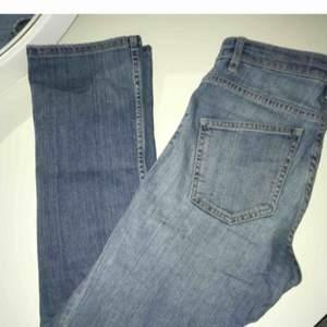 Säljer ett par Cropped Bootcut jeans i strl. 26. Knappt använda eftersom de legat och blivit för små.   Väldigt snygg passform och bra kvalitet. Köpt på MQ.   Sliten look  Nypris 699