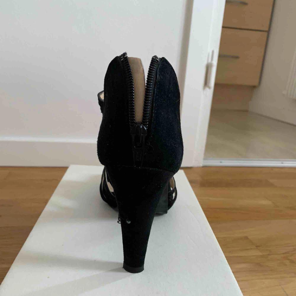 Sandaletter i svart mocka från Rizzo, endast använda en gång! Tyvärr för små för mig dock (som är en 39/40). Något slitna i sulan vid hälen men inte något som syns! Klackhöjd är ca 8cm. Originalpris 1495kr. Säljer för 200kr +frakt 📦 . Skor.
