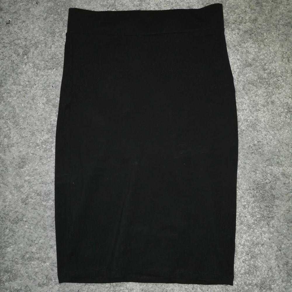 Säljer en svart kjol från Lager 157. Den sitter tajt men är väldigt stretchig så passar jättebra. Knappt använd, ligger mest i garderoben så säljer vidare nu! Frakt tillkommer. Byte är möjligt. . Kjolar.