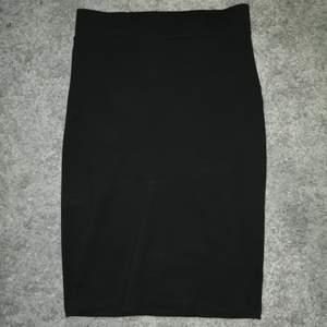 Säljer en svart kjol från Lager 157. Den sitter tajt men är väldigt stretchig så passar jättebra. Knappt använd, ligger mest i garderoben så säljer vidare nu! Frakt tillkommer. Byte är möjligt.