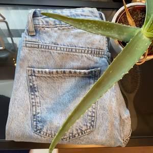 Ljusblå perfect jeans från Gina Tricot, använda fåtal gånger. Storlek 36, buda i kommentarerna.