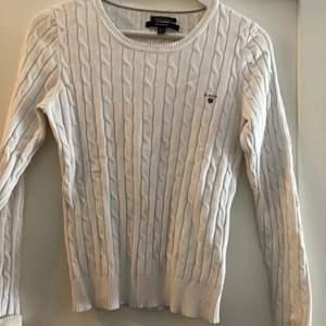 En superfin knappt använd Vit kabelstickad gant-tröja. Storlek S. Bra pris vid snabb affär!