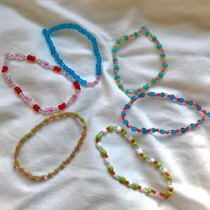 Färgglada pärlarmband med elastisk tråd! Kan göra fler ifall det blir så att någon redan är såld🤗💛 frakt tillkommer mellan 10-20 kr 💖💗💚🤍