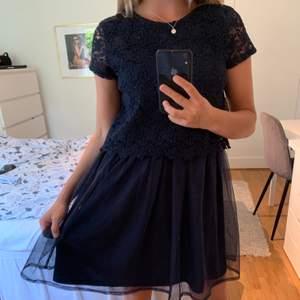 Jätte söt klänning från Holly & Whyte. Mycket bra skick. Passar mig som använder kläder i S(16år) Frakt tillkommer