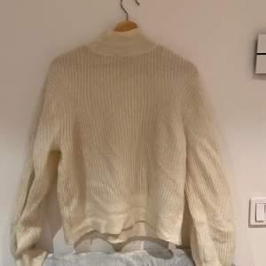 Snyggt stickad tröja från & other stories i storlek XS! I en din benvit färg🤍🤍100kr