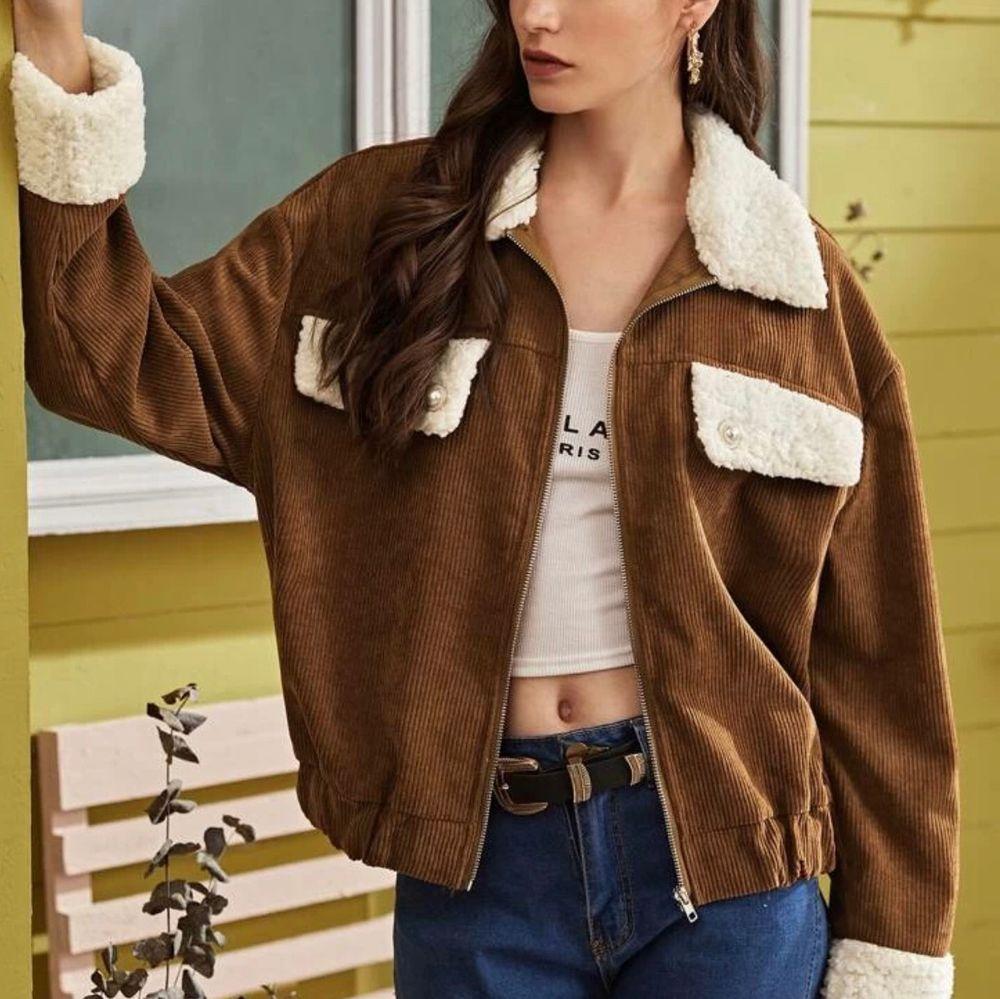 INTRESSEKOLL! Brun corduroy jacka från shein. Aldrig använd. Inte jätte tjock så skulle inte ha den som vinterjacka. Skriv för mer detaljer. Säljer endast vid bra bud. Jackor.