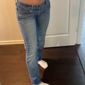 Fina och nya replay jeans! Använd ngn gång! Frakt på 63 kr (spårbar) startbud 500 kr!❤️ köpta för 1300 ! Storlek W 26 L 34 passar (XXS-S och 32-36❤️
