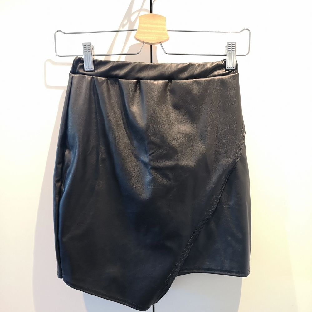 En fin kjol i läderimitation från Boohoo. Storlek S. . Kjolar.