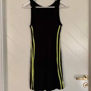 Oanvänd sportig klänning storlek S med gula ränder på sidorna. 🥰  140kr frakt ingår❗️📦