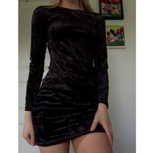 Säljer nu min Ginatricot sammetsklänning i storlek S, som jag använt max 1 gång då de inte är min smak mer! Frakt tillkommer🤍⚡️