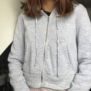 En grå hoodie med dragkedja från brandy melville som är lite kortare i modellen. Storlek onesize (skulle dock säga att den passar XS). 70kr + frakt.