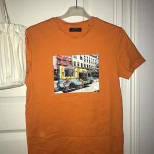 Färgglad t shirt, stor i storleken trots att den är XS, använd fåtal gånger.