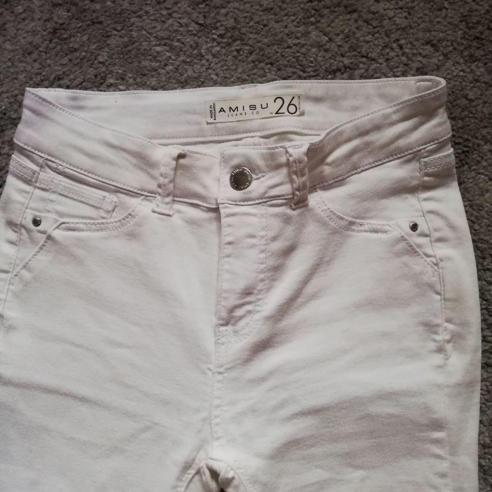 Säljer ett par vita jeans som är köpta för runt 2 år sedan men bara blivit använda ca 1 gång. Säljer då de inte riktigt är i min storlek men annars inga fel på dem! Storlek w26. Osäker på längden men jag är omkring 165 cm och de slutar perfekt där fötterna börjar! Pris är utan frakt. Byte är möjligt! . Jeans & Byxor.