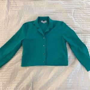 Kortare grön skjorta från Bedford Fair i strl L. Aldrig använd och i fint skick.