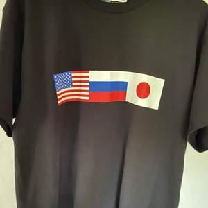 Tshirt från FW18! 10/10 condition använd någon gång. Storlek XL men skulle nog säga en oversized M beror på hur man vill att den ska sitta. Skicka ett bud om priset inte passar! 😁