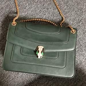 En snygg militär grön väska, aldrig använd