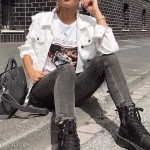 (lånad bild!) vit jeansjacka från na-kd som knappt är använd och därav fint skick. nypris 600kr. köparen står för eventuell frakt💕