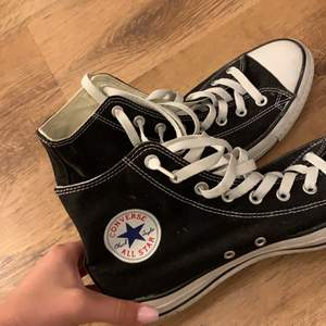 Säljer HELT oanvända svarta converse. i storlek 43 kontakta för fler bilder. kan tänka mig gå ned i pris