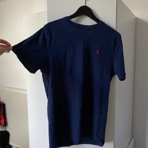 T-shirt från Ralph Lauren i storlek XL (barn). Motsvarar ca S-M. Bra skick, men använd.