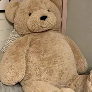 1,10 meter lång nallebjörn, jättebra skick. Nypris 2000kr 💕 perfekt att ge till din partner som alla hjärtans dag present!!