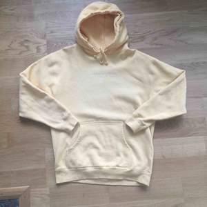 En gul hoodie från Conteam Clothing i mjukt och lent material. Bra kvalitet och kommer ursprungligen från USA. Används fåtal gånger. Tvättad få gånger. Hämtas i Kalmar.