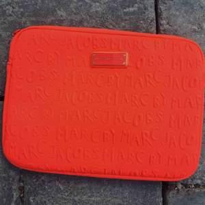 Ipadfodral från marc by marc Jacobs.  Färgen är neonorange.  Nyskick. 300kr inklusive frakt!
