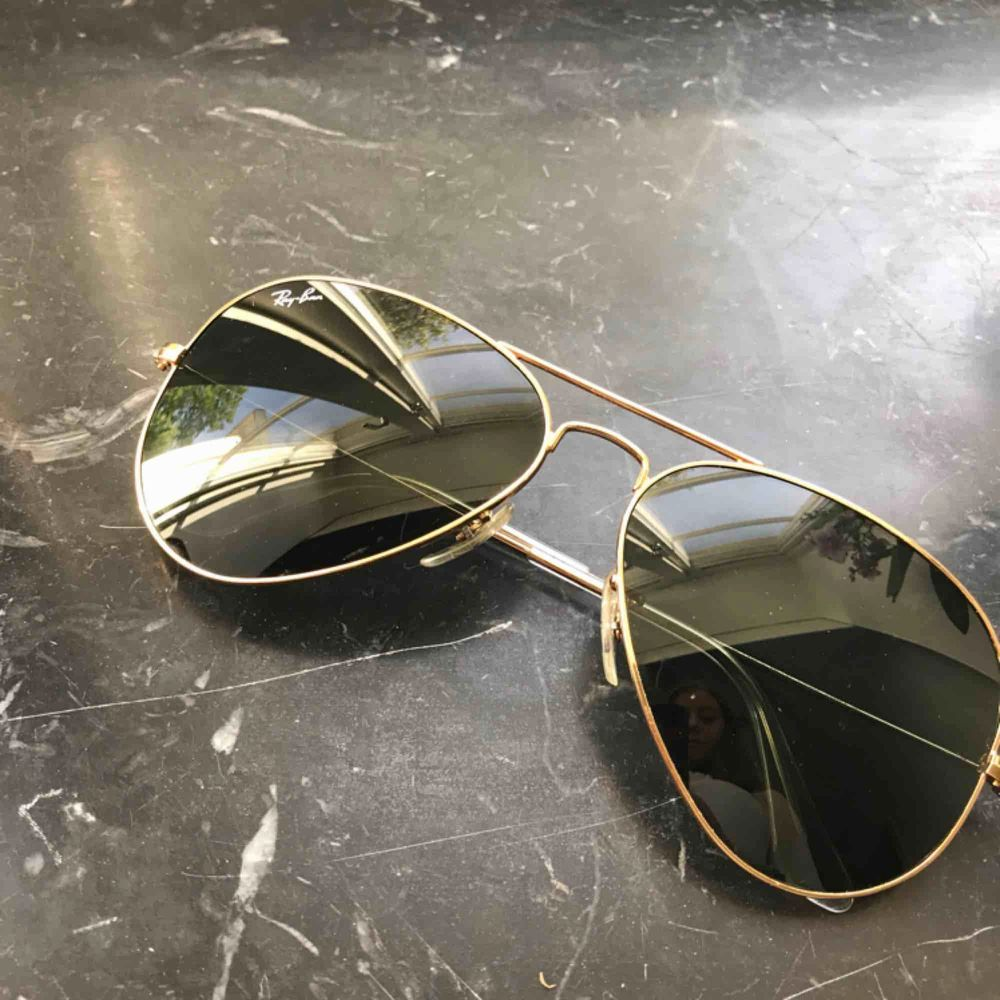Säljer ett par Ray-Ban solglasögon Inte mycket använda Köpta på synsam på Norrmalm Väldigt fint skick Fodral medföljer Möts i Stockholm eller fraktar vid betalning först Betalning via swish eller kontant vid möte Nypris - 1 550. Accessoarer.