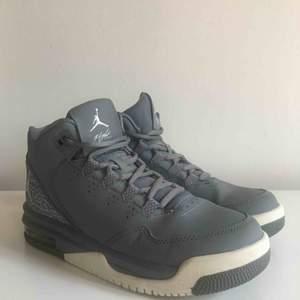 Ett par Youth Michael Jordan Gray Flight Origin 2 skor. Använda endast två gånger! Frakt tillkommer