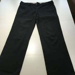 Svarta Dickies 874. Helt raka byxor i material av 65% polyester och 35% bomull