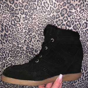 Säljer svarta skor från Pavement, ser ut som Isabel Marant. Använda endast 1 gång så ser ut som nya. Köpta på Jackie i Stockholm för 1199kr. Säljer för 300 + frakt! Hör av dig om du vill ha mer bilder.